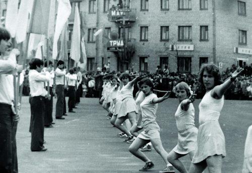 На фотоснимке – на площади города Гагарина открытие мероприятий, посвященных Первомаю (70-80-е годы 20 века)